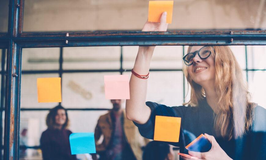 El brainstorming sirve para generar ideas y ponerlas en común