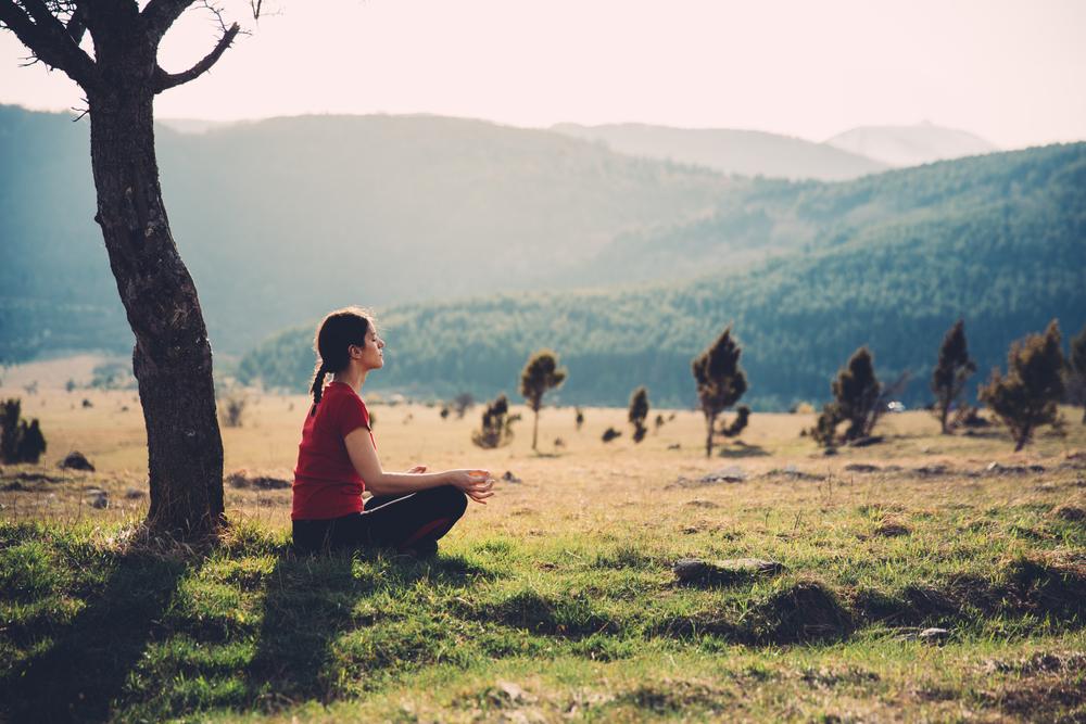 La atención plena concentra tus pensamientos en el aquí y ahora